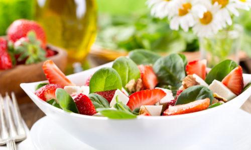 Jordbærsalat med sitrongress vinaigrette og blomster